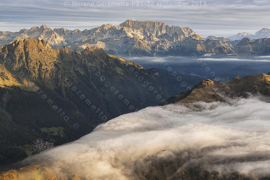 Nebbia in valle, la dorsale fra la valle di Gares e di San Lucano con la Marmolada sullo sfondo