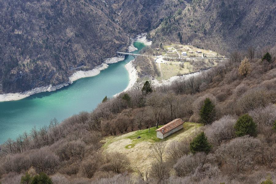 Giungendo dall'alto alla Casera Nusieda con il lago del Mis a fondovalle